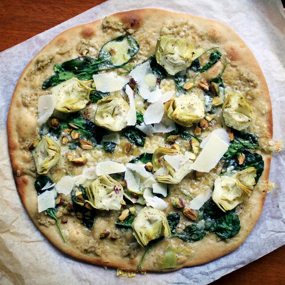 sommarpizza med kronärtskocka pistage och spenat