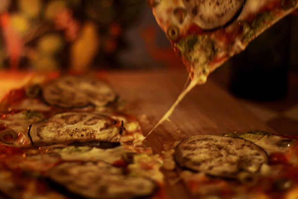 pizza med aubergine pesto och oliver