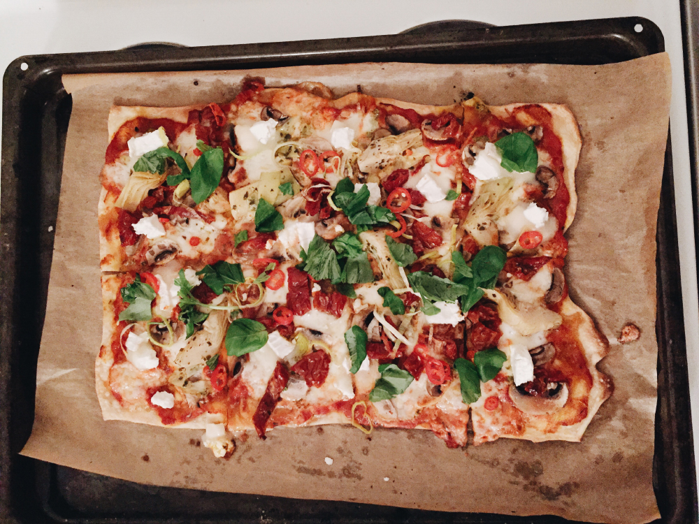 hemmagjord pizza på köpedeg