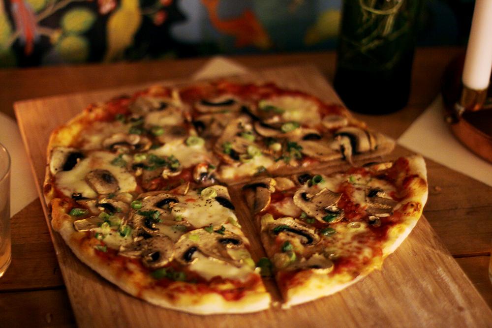 pizza med salladslök och champinjoner