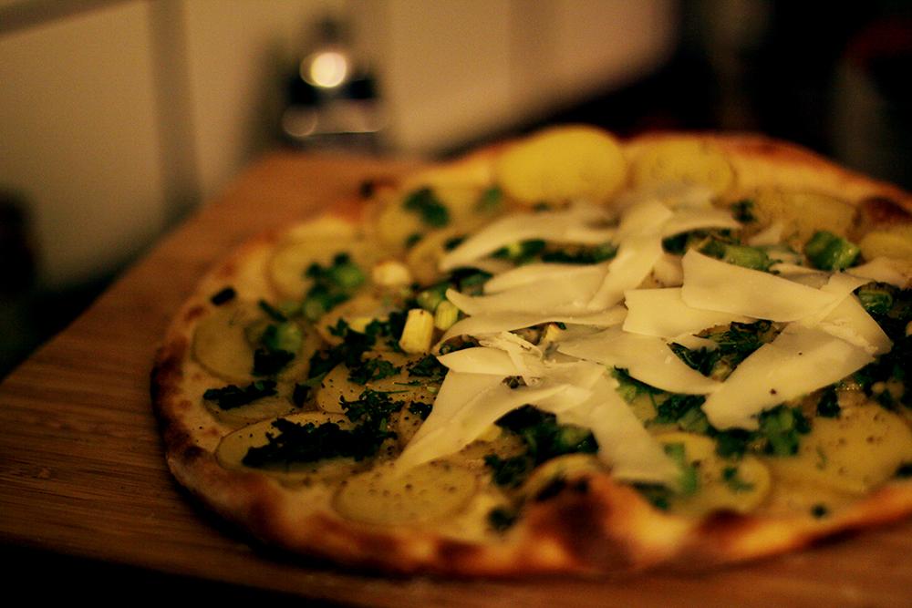 pizza blanca med potatis och persilja